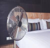 آیا خوابیدن جلوی باد پنکه ضرر دارد؟