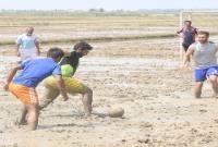 مسابقه فوتبال در گل و لای در میاندورود