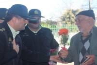 استقبال فرمانده انتظامی میاندورود از رای دهندگان با شاخه گل