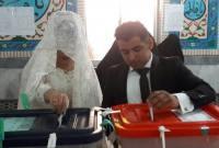 اهدا هدیه شهردار سورک به زوج جوان بابت حضور در انتخابات+ عکس