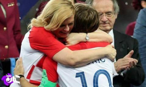 رئیس جمهور کرواسی از سرهنگی در ناتو تا آغوش مادرانه/ نفر دوم ناتو چگونه چهره لطیفی از خود به نمایش گذاشت!