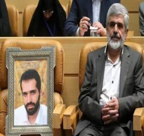 حرکت جالب پدر شهید احمدی روشن در یک همایش